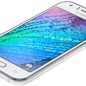 De witte versie van de Galaxy J1